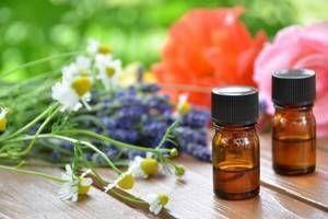 Les huiles essentielles peuvent nous aider à passer un bon été et à palier à certains problèmes estivaux. Les moustiques, les insomnies, la sensation de jambes lourdes, tous ces problèmes peuvent avoir une solution aromathérapique.