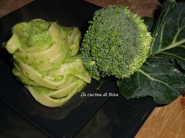 Mi è sempre piaciuta la pasta con il broccolo siciliano, ma se il condimento lo si riduce in crema il risultato è davvero superlativo. Ogni filo di pasta avrà il colore e il sapore intenso del broccolo siciliano