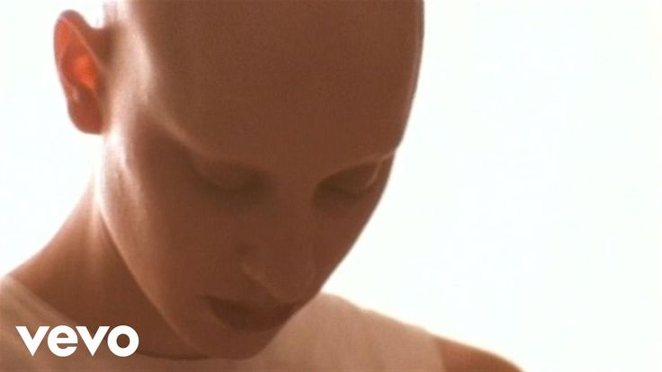 Music video by Live performing Lightning Crashes. (C) 2004 Radioactive Records J.V.
