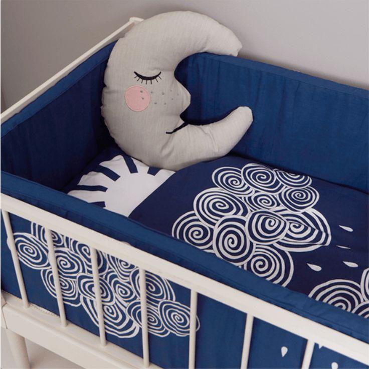 Hello Sunshine sengesæt fra Roommate. Skønt sengetøj er dejligt blødt er lavet i økologisk GOTS - certificeret bomuld. Fås i 4 størrelser og 2 farver.