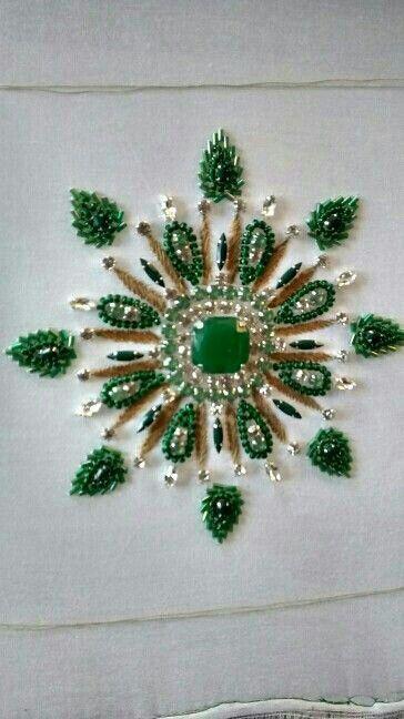 exemple de broderie de pierres et de perles