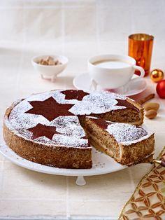 Zimtkuchen mit Mandeln. Rezept gibt es hier: http://www.wunderweib.de/kochen/warten-auf-weihnachten-24-weihnachtskuchen-rezepte-a167681.html