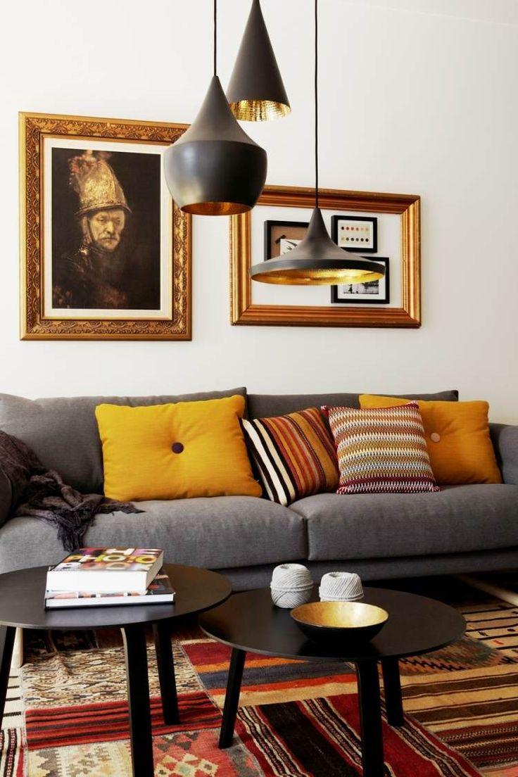 déco salon moderne - canapé gris, coussins en jaune et orange, tapis patchwork et deux tables basses en noir