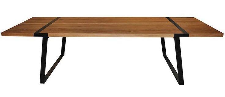 Rustic Spisebord - Spisebord i olieret eg. Bordet er støttet af sorte metalben og med en bordplade af tykke planker af massivt egetræ med naturlige revner og sprækker. Bordbenene er smedet sammen på en måde, så alle spor af smedeprocessen er bibeholdt fuldt synligt.   Bordpladen er 5 cm tyk, og bordet vejer 208 kg.