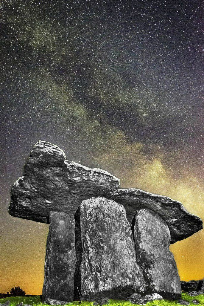 .Poulnabrone Dolmen, Co. Clare. Photograph: Frank Chandler. Licensing: CC-BY-SA-4.0