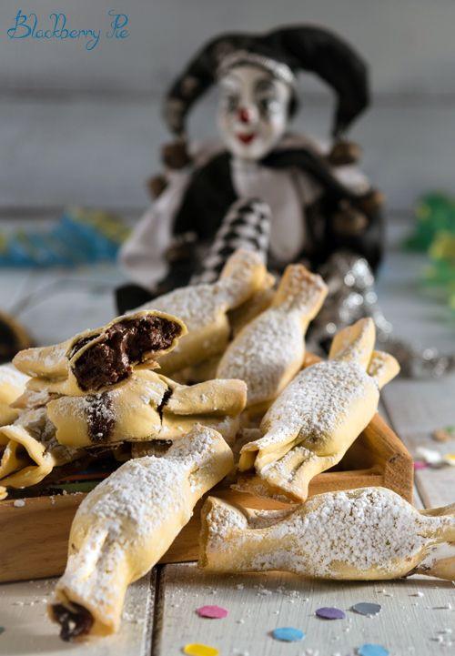 Ecco la ricetta delle chiacchiere al forno ripiene di Nutella. Per un Carnevale goloso ma senza bisogno di friggere. Leggete oltre!