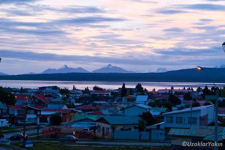 Puerto Natales Şili'nin Patagonya bölgesindeki en önemli duraklarından bir tanesi. Torres del Paine milli parkı gölleri fyordları ve sunduğu bir çok güzellikle Patagonya ziyareti için vazgeçilmez bir nokta. Yaklaşık 18bin kişinin yaşadığı bu ufak şehir turizm ve balıkçılıktan gelir elde ediyor. Yazımız www.uzaklaryakin.com blogda bağlantı profilde #uzaklaryakin #puertonatales #patagonia #Chile #patagonya #Şili