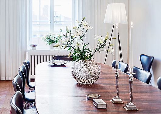 Dining room * Arne Jacobsen Series 7 chairs * The Super Ellipse Table by Piet Hein * Dagg svenskt tenn vase