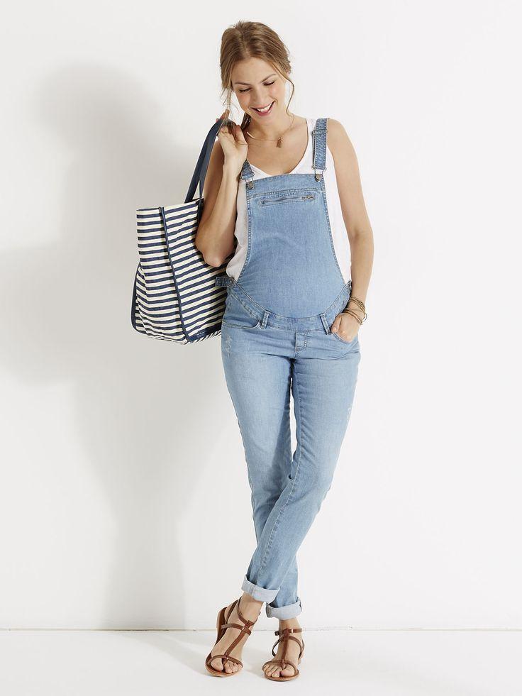 Sur un T-shirt ou un chemisier, la salopette rime toujours avec allure parfaite ! Salopette de grossesse en jean - Collection Printemps-Eté 2016 www.vertbaudet.fr