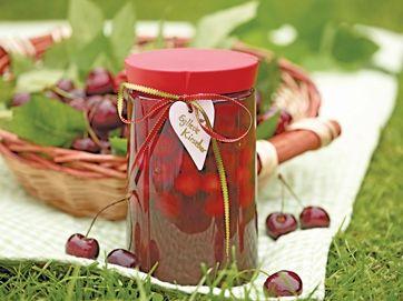 Uhm! Syltede kirsebær smager fremragende sammen med en kugle god vaniljeis eller til julens risalamande
