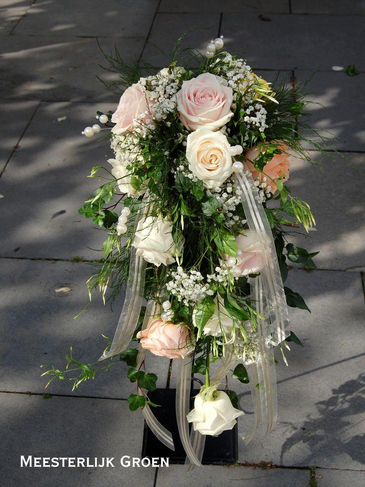 Bruidsboeket (draad gebonden) met rozen in zacht roze, zacht oranje (peach) en crème wit, jasmijn ranken, wit gipskruid, hedera ranken, parels en crème lint. www.meesterlijkgroen.nl