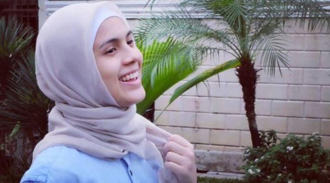 """Merasa """"Terpanggil"""" Nycta Gina Putuskan Berhijab : Makin bertambah selebriti cantik yang berhijab. Kini Nycta Gina memutuskan utuk mengenakan busana yang disyariatkan dalam Islam"""