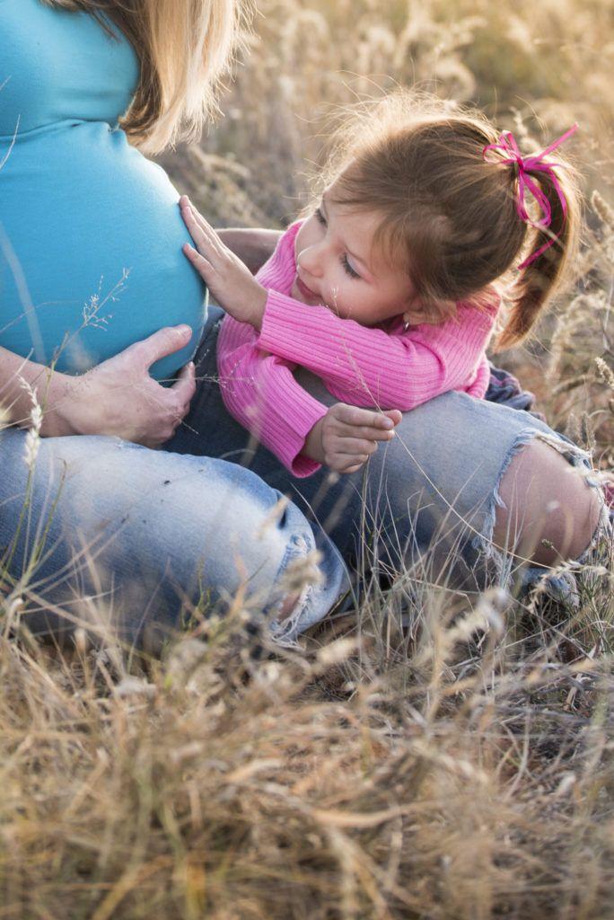 Gauteng Photographer | AnlaCreative Photography | Rubbing mom's tummy