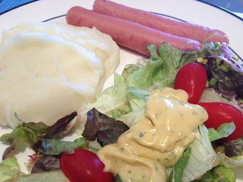 """Purê de batatas, salada mix com molho """"quase"""" tártaro caseiro (esqueci do pickles!) e salsichas Viena orgânicas cozidas."""