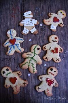 Con el típico molde o cortador de muñeco de gengibre y un poco de imaginación, podemos hacer unas galletas zombie, momia o muñeco vudú para este halloween