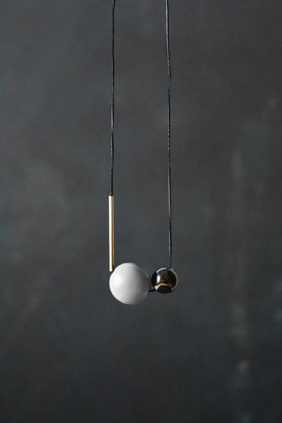 Collier minime moderne Nacré noir en céramique, perle - 2,3 cm/0,91 Perle en bois gris - 3,8 cm/1,49 Perle en laiton - 7,2 cm/2,8 Collier