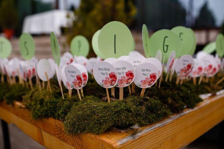 masa escort cards  realizata cu muschi, fire de grau si flori - Popas Band - Wedding Planner Victorita Axinescu