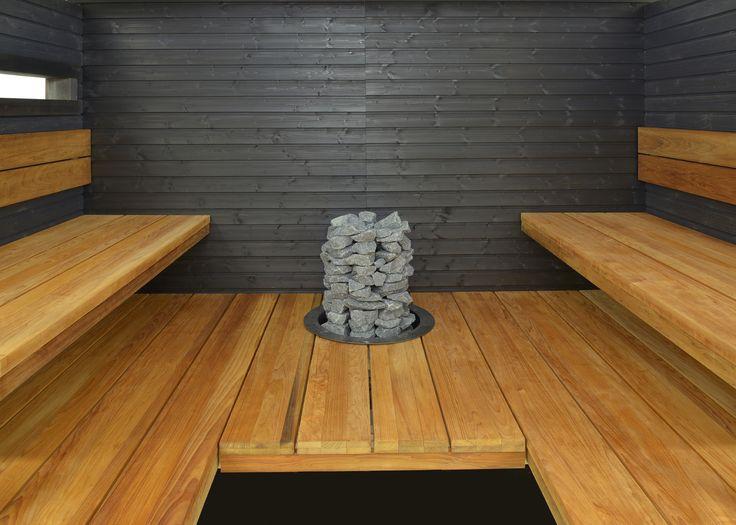 Yksinkertainen sauna. Radiata-lauteet ja mustat seinät.