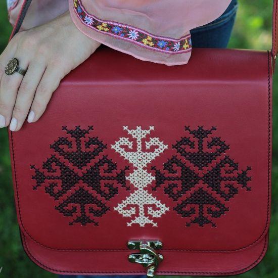 Geantă brodata roșie cu model popular