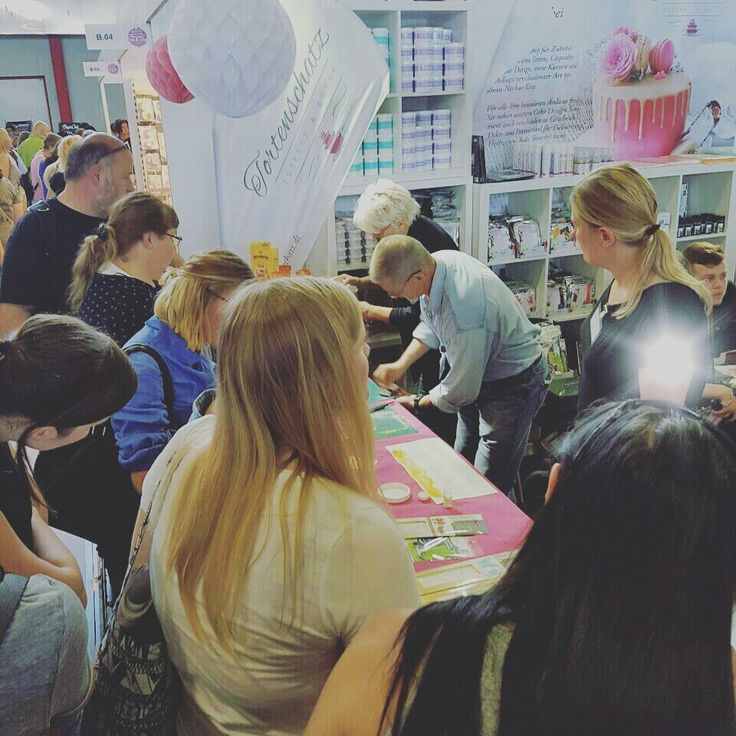 Marilyn und Joe , Erfinder von Flexique haben an unserem Stand in Dortmund ihre Produkte demonstriert 😍 #tortenschatz #tortendesign #cakedesign #tortenshop #flexique #amazingcake #cakedesign #torte #foodporn #foodie #foodart