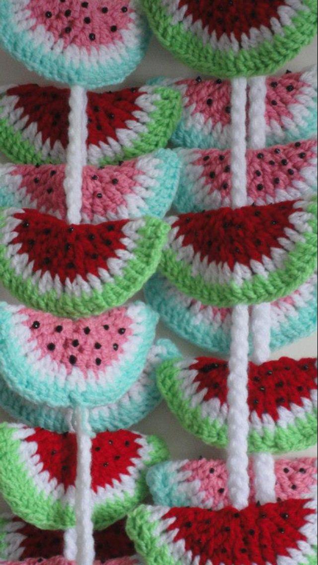 Tira de tres jugosas sandías tejidas a crochet, ideales para adornar la casa o el cuarto de los niños.    Colores: Rosa-Verde Agua / Rojo-Verde Manzana  ...