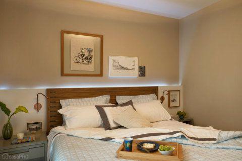 A cabeceira da cama dde casal tem um nicho feito de drywall, no qual foi utilizado iluminação de led. Projeto da arquiteta Cristina Ribeiro Lembi.