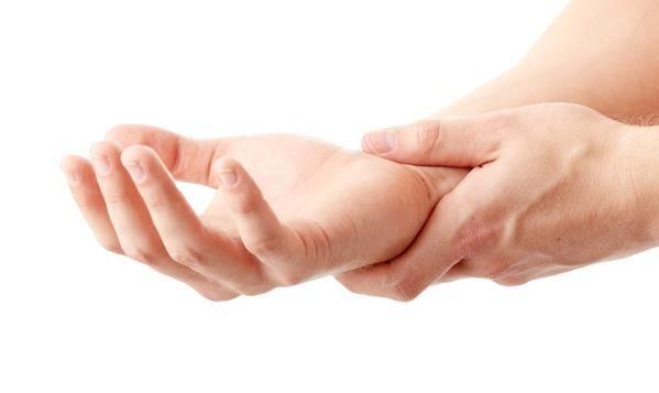 I sintomi della sindrome del tunnel carpale, di solito, iniziano gradualmente. I primi sintomi spesso partono con un intorpidimento o formicolio