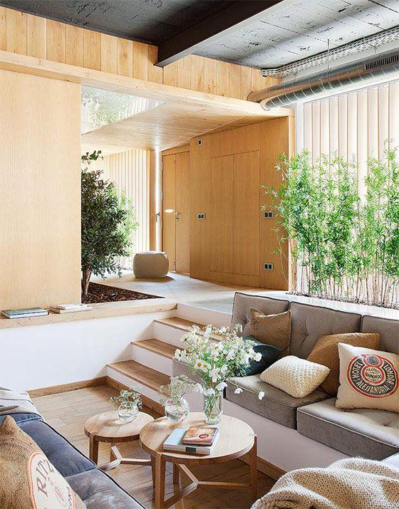 スペインの建築事務所、Egue y Setaがレイアウト・デザインを手がけたこちらのお宅は、まるで庭の中に家が存在するような、たくさんの植物と、明るくオープンなレイアウトが魅力的なナチュラルハウスです。 天井はダーク …