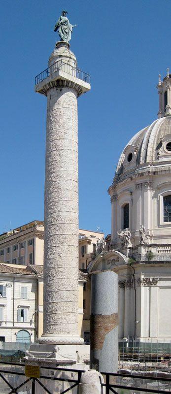 KOLUMNA TRAJANA Kolumna Trajana wystawiona została w 113 AD na zamknięciu osi Forum Trajana, pomiędzy gmachami bibliotek, dla upamiętnienia zwycięstw cesarza w wojnach z Trakami w latach 101-106. Obiekt ma formę antycznej kolumny (trochę jońskiej, trochę doryckiej) o wysokości (z cokołem) 39,8 m. Jej trzon owinięty jest ciągłym fryzem o łacznej długości ok. 200 m, przedstawiających 2500 postaci (w tym 60 podobizn cesarza) w scenach opowiadających historię wypraw i zwycięstw rzymskiej armii…