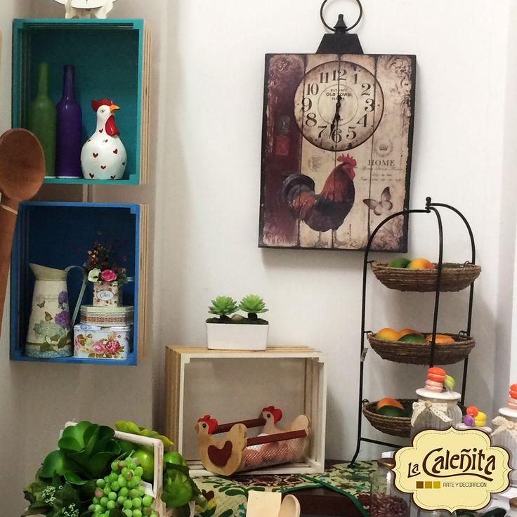 Añade un poco del encanto rústico a tu cocina con nuestras decoraciones de gallos y gallinitas, para darle ese toque final de calidez al corazón de tu hogar. 👪💖💟#DecoracionBodas2017 #TendenciasDecoracion2017 #CentrosDeMesaCali