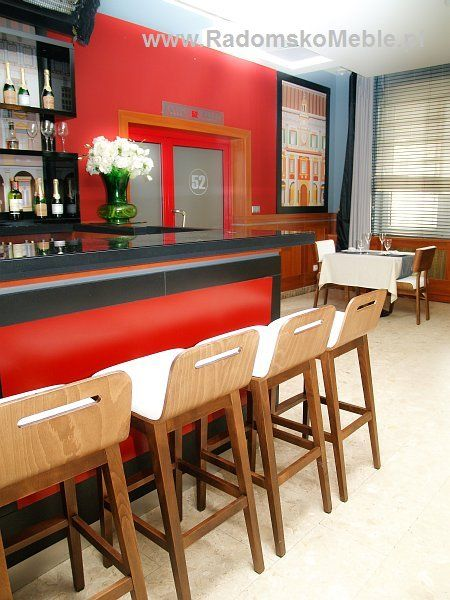 Meble na planie serialu HOTEL 52 - MEBLE RADOMSKO - Krzesła drewniane i barowe - meble restauracyjne.