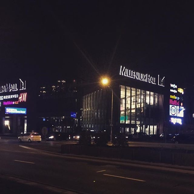 #MilleniumHall wieczorową porą. Kto wpada?  #TwojeMiejscewRzeszowie #rzeszów #zakupy #kino #hilton #chill #pychajedzonko #siłka