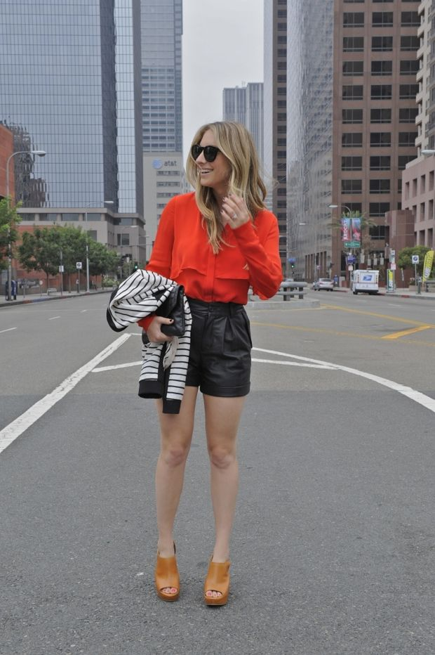 Кожаные шорты вместо юбки, яркая блузка с напуском, туфли на платформе, кардиган