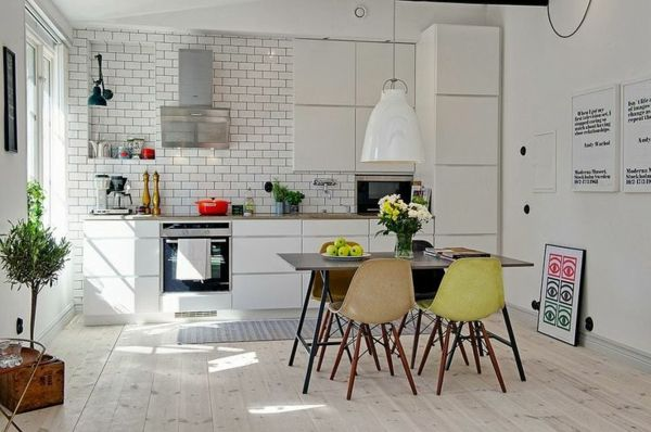 küchen design skandinavisch weiß fliesen farbige stühle