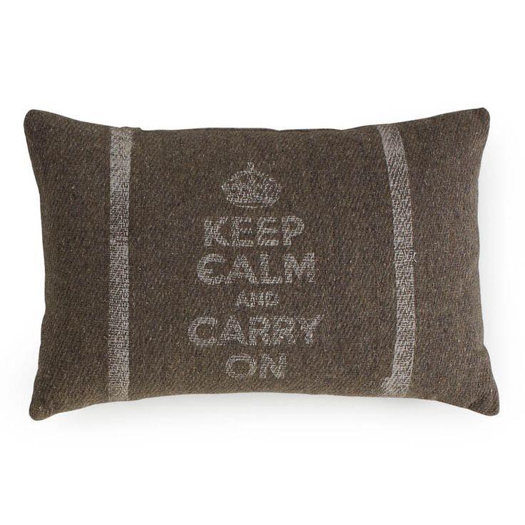 25 € Cojín Keep Calm confeccionado en lana y fibra de tacto rugoso y aspecto rústico Reminiscencia de la ocupación inglesa en la India esta pieza funde elementos decorativos de ambas tradiciones...