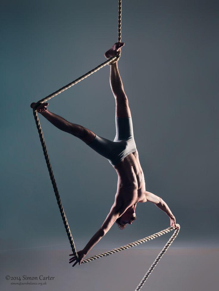 Single foot hang variation. Loki from Loki Performances on Corde Lisse. Photo by Simon Carter.