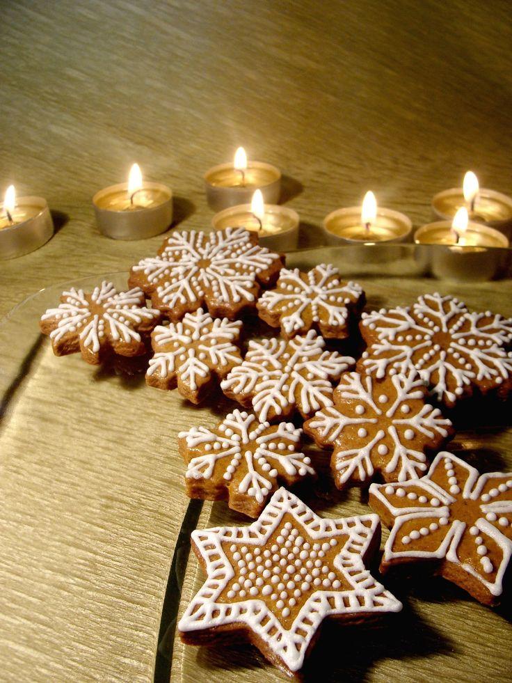 Vánoční perníčky - dekorační Voňavéperníčky zdobené tradiční bílou cukrovou polevou. Kroměklasických vzorů najdete v mém sortimentu také veselé nápady jako snědenou rybu, jablíčko s červem nebo něžně erotickou Andělku... :-) Z vlastní zkušenosti vím, že pár veselých perníčků a osobní vzkaz je jedním z nejlepšíchmalých dárků kolegům nebo ...