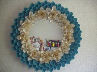 Spiegel mit Rahmen aus Plastiklöffeln