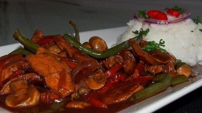 Chutné pikantní jídlo na oběd. Kuřecí prsa se zeleninou. Jako přílohu můžeme použít rýži nebo brambory.