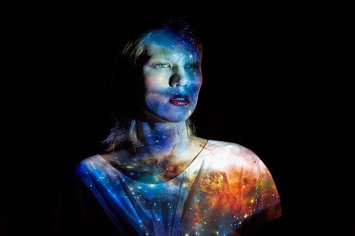 Молодая женщина с Вселенной проецируется на Нее