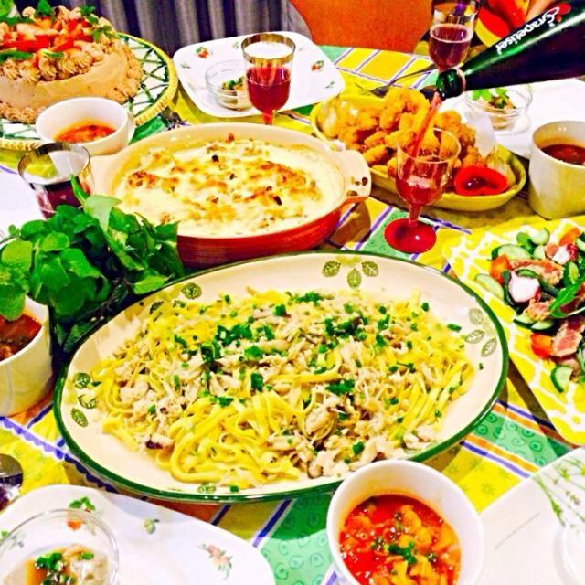 2013年クリスマスディナーです メニューは子どもたちのリクエスト。 いつものジャガイモのアンチョビグラタンを里芋に変えて作ってみました。 夫には好評。 25日もパーティ、何作ろう。 - 3件のもぐもぐ - 海老フライ、ニンニクの素揚げ、里芋のアンチョビグラタン、胡麻豆腐味噌ソース、マグロと蛸のカルパッチョ、鳥ひき肉と椎茸のフェットチーネ、ミネス苺のチョコレートケーキ by Iggywiggy