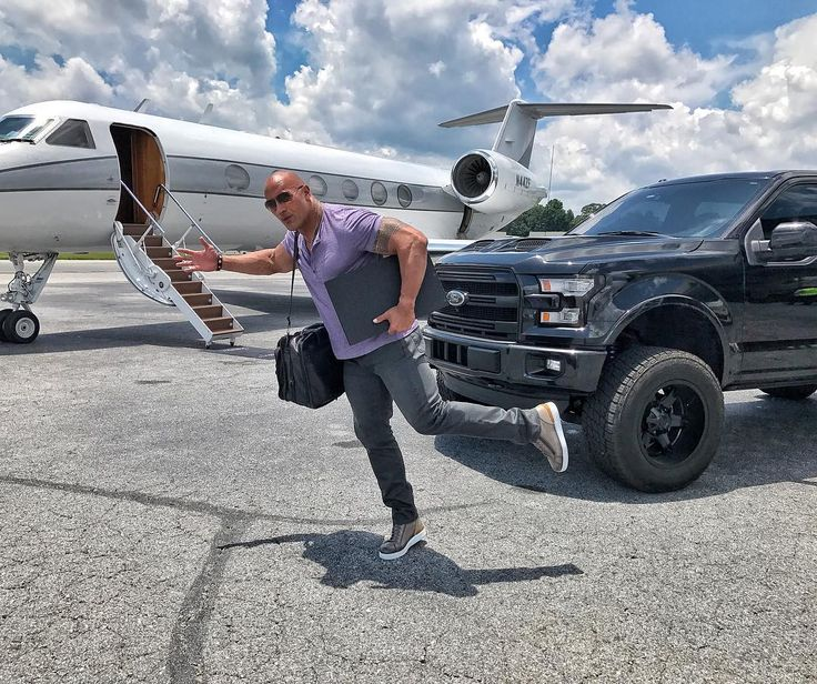 1.5 млн отметок «Нравится», 4,997 комментариев — @therock в Instagram: «He gone.  Quick trip up to Vancouver, Canada 🇨🇦 to do some prepping for our next film,…»