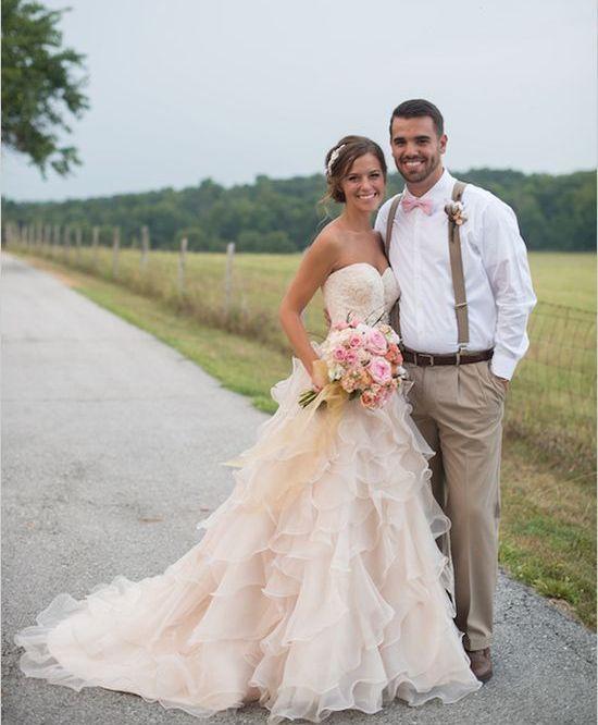 """Según la revista VOGUE el """"Rosa es el nuevo Blanco"""", por ello, rosados como el algodón de azúcar, a estampados con rosas; éstos vestidos de novia son fuera de lo común, especiales para aquellas que se atreven a soñar en una boda sin el tradicional blanco."""