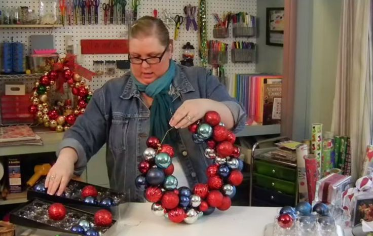 Man nehme einen Drahtkleiderbügel und Weihnachtskugeln vom Vorjahr und hat im Nu ein tolles Dekostück. - DIY Bastelideen