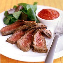 Biefstuk met een saus van geroosterde rode pepertjes