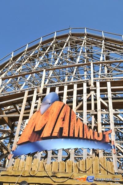 1/22 | Photo du Roller Coaster Mammut situé à Tripsdrill (Allemagne). Plus d'information sur notre site http://www.e-coasters.com !! Tous les meilleurs Parcs d'Attractions sur un seul site web !! Découvrez également notre vidéo embarquée à cette adresse : http://youtu.be/i8S4p9Z_JM8