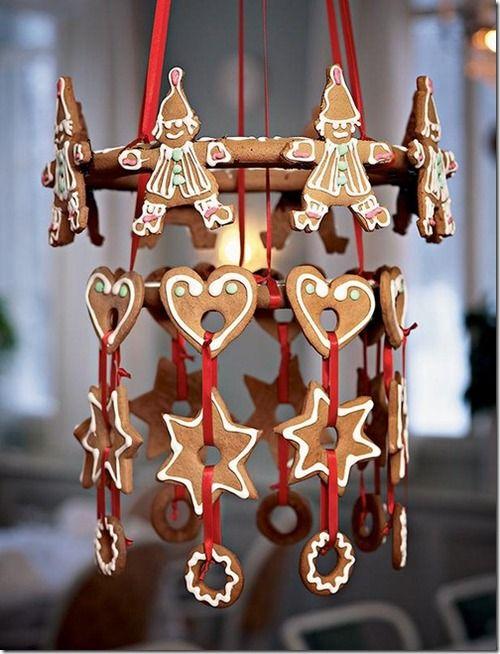 Dekorera med pepparkakor/Gingerbread decor. Kanske testa detta med dalahästar.