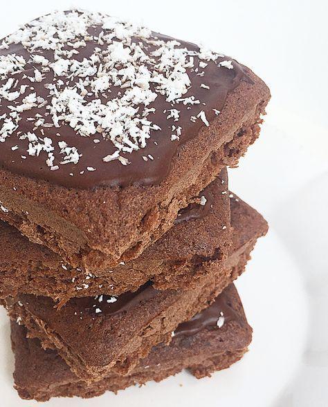 Brownies senza burro e zucchero. Soffici, gustosi, sani e velocissimi da fare. Speziati alla cannella e glassati al cioccolato e cocco.