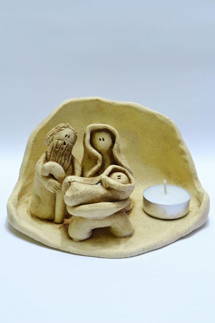 Betlém Ručně modelovaný malý betlém na čajovou svíčku, který se vejde i do malého bytečku a posvítí Vám v čese vánoc. Velikost cca 15x10 cm, výška postav 6 cm.