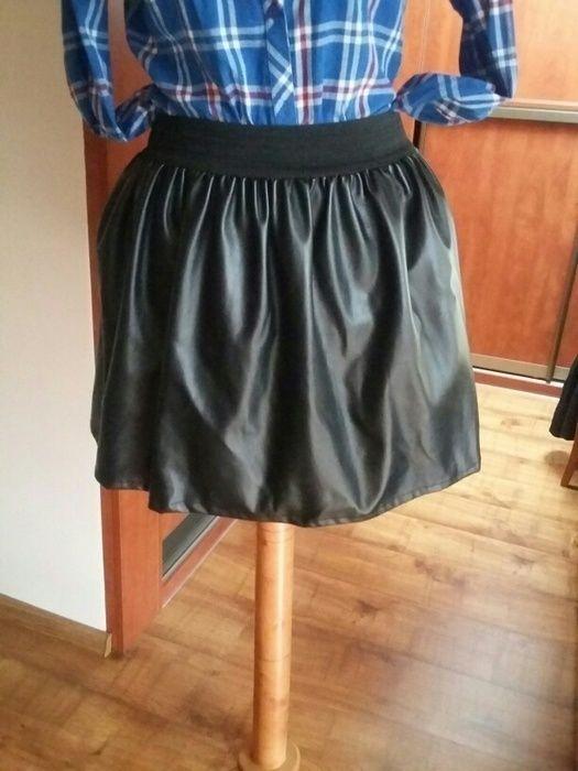 Modna spodnica rozkloszowana na gumke z imitacji czarnej skóry. Nie posiada żadnych śladów użytkowania. Ze wzgledu na to, ...
